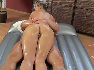 XCafe Porno - Gorgeous Big Breasted Grey Haired Masseuse Holly Gives Head During Slippery Massage